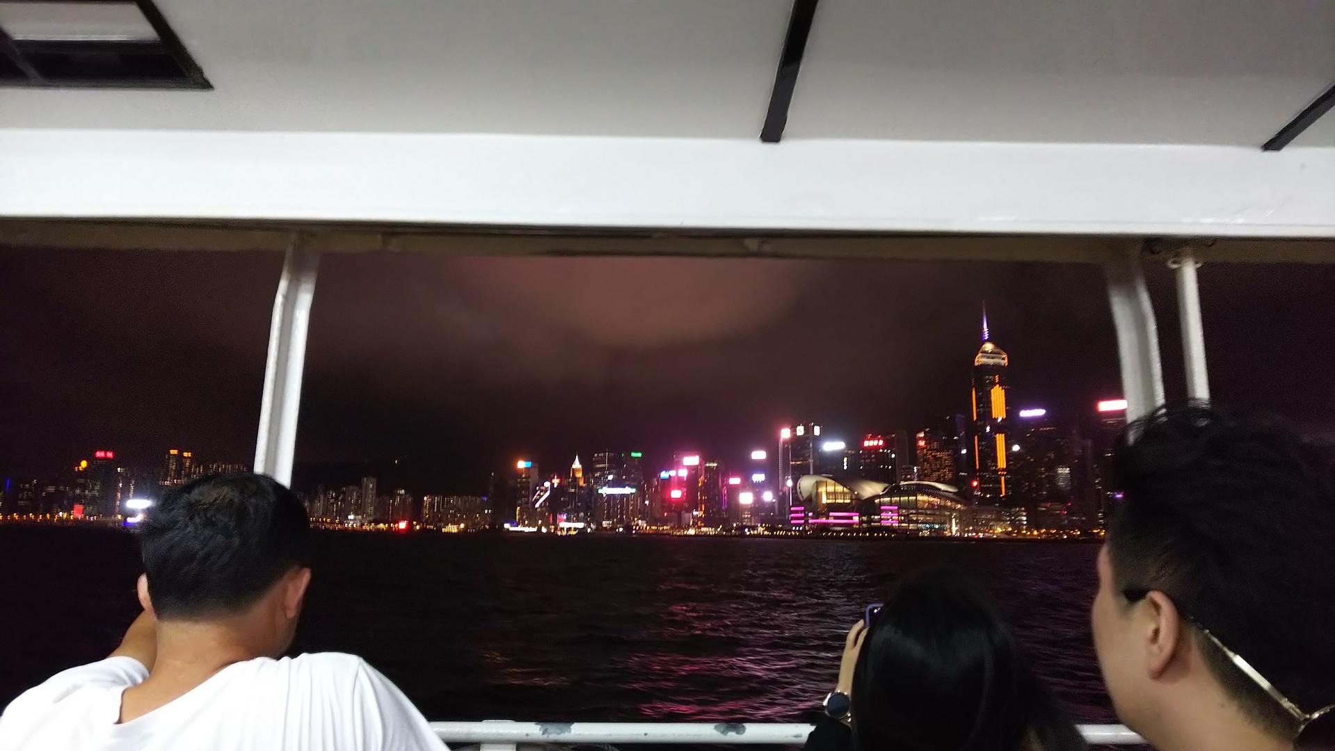 一組だけの参加の為か、現地の香港っぽい作りの店を期待していたのですが、普通のファミレスみたいな作りの店でした。味は美味しかったですですが、少々期待外れでした。 シンフォニーオブライツは期待するほどでは無かったがスターフェリー、ピークトラムにも乗車出来て夜景も色々な角度から見れたので満足です。到着初日に参加しましたが、効率良く案内して頂けるのでオススメです。