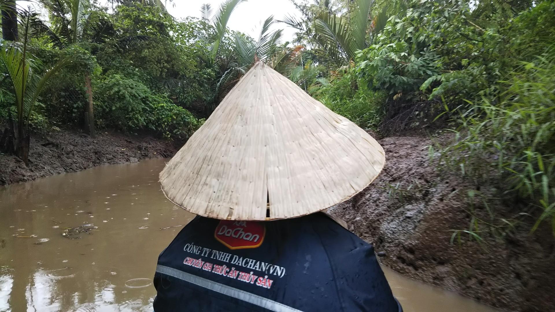 大人二人、小学生二人で参加しました。 メコン川クルーズでは大きなヘビを肩に乗せて写真を撮らせてもらえたり、ココナツキャンディ作りを見学したり子ども達は楽しんでいました。途中大雨が降り、本当に日本では記録的豪雨となるくらいの大雨でしたが、ほんの10分ほどで小雨になり雨宿り後再出発です。最初にカッパをもらえたのですが、素材がすごく悪くすぐに破けるので、日本からカッパ、雨傘を持っていかれることをオススメします。 水上人形劇は大人でも、楽しめる内容でした。そのあとすぐにディナークルーズへ向かい7人~8人で1テーブルで相席ですが楽しくクルーズできました。食事も色々出ましたが全体的に美味しくいただきました。