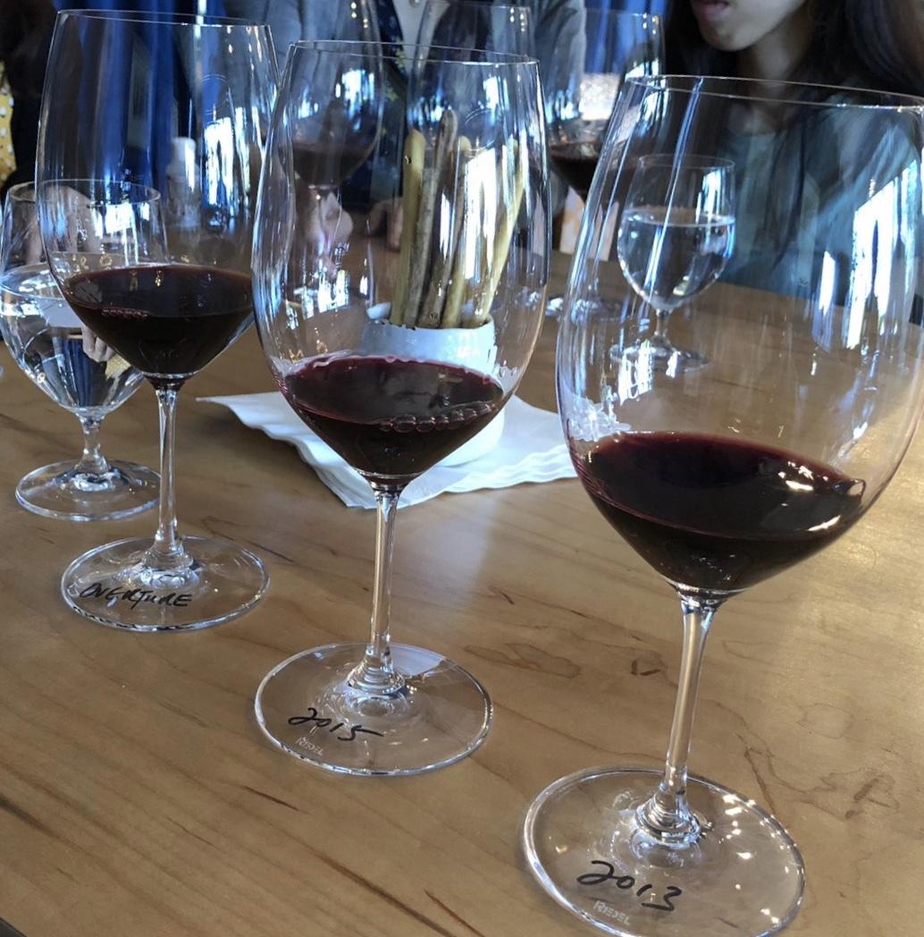 ワインの知識豊富なガイドさんの運転で4つのワイナリーをまわりました。 (オーパスワン、ドメーヌシャンドン、サトゥーイ、ロバートモンダビ)  移動中はガイドさんがワインや日本と関連するサンフランシスコの歴史についてお話しくださり、とってもおもしろかったです。 季節と天候も良く、訪れたワイナリーや葡萄畑はどれも映画のワンシーンのように美しかったです。  旅行直前に妻の妊娠がわかりワインを飲めなくなってしまいましたが、ワインの試飲や購入は全員強制ではなく二人のうちいずれかが1杯だけというのもokなので問題なく楽しめました。 (基本どこもワインしか置いてませんがサトゥーイにはぶどうジュースも売っていました)  最後にガイドさん自作のサンフランシスコグルメマップを頂きおすすめのお店なども教えてもらえてかなり重宝しました。  一部急な変更にも柔軟にご対応頂き、本当に助かりました。