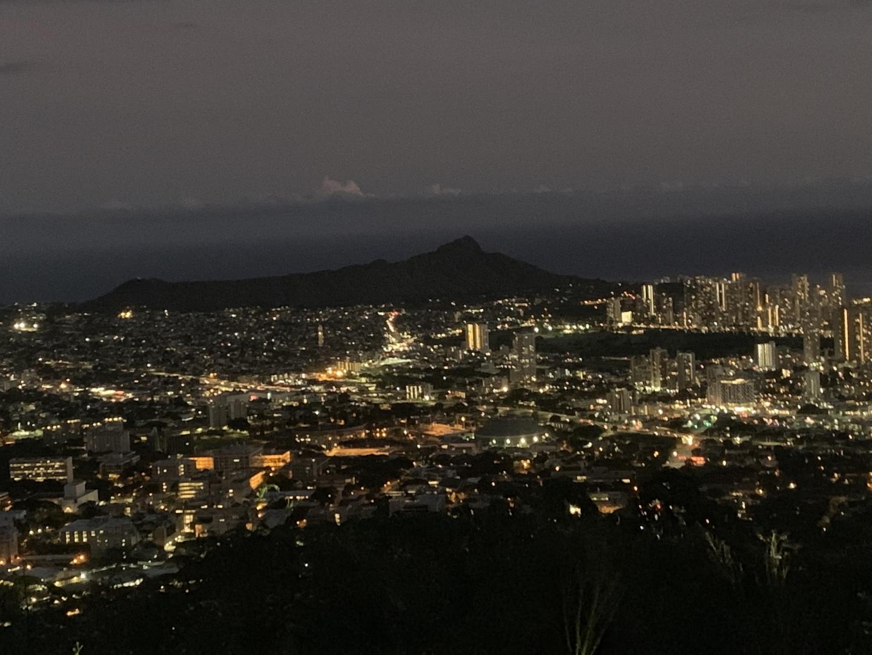 タンタラスの丘に送迎だけのプランで申し込みました。 修学場所には時間になるまで誰も現れず不安になりましたが、他のホテルからピックアップしてくるのでそういうものらしいです。 夜景はとても綺麗でした。ありがとうございました。