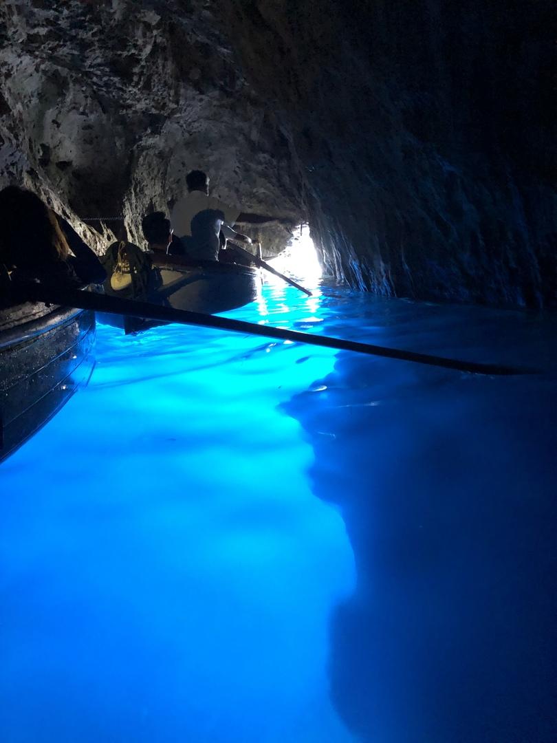 青の洞窟は、予想以上の感動で最高の体験が出来ました。日本語ガイドも問題なく不安点もなかったので良かったのですが、特に夏の時期はせっかくミネラルウォーターを頂くなら、ボート上で順番待ちしている時が良かったのと、カプリ島での自由時間がもう少し取れたら良かったかなと思いました。