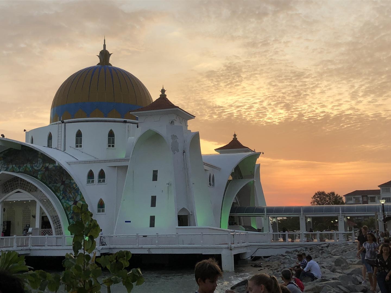 マラッカのツアーでは、ガイドさんの歴史的背景やイスラム教の説明が分かりやすかったです。中学生と高校生の子と帰国後も、興味深く疑問に思う事など調べたり、多民族国家を肌で感じる、有意義な旅でした。帰りはたまたまイスラム教の祭日最終日の帰省ラッシュにはまり、倍の時間がかかり、日付が変わる時間のホテル到着でしたが、それもまた楽しい思い出です。ニャニョ料理は日本の口に会った優しい味付けで、美味しいと、子供達も沢山食べていました。