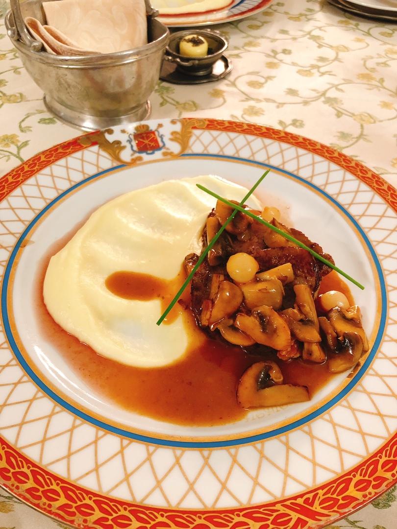 夜遅めの利用でしたが安心して食事ができました。また、日本のビーフストロガノフとは異なり、肉の食べごたえがありました。水もセットに含まれていました。