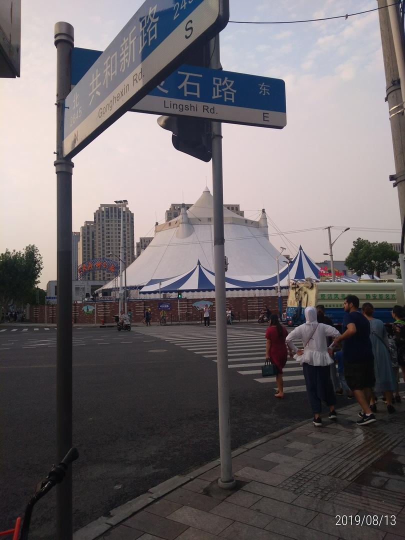子供と親を連れて、初めての上海。 せっかくなら一番いい席で、とVIP席を予約して行きました。今は仮の場所で開催されていますが、エアコンはきいていて快適でした。(ただし、トイレは一旦外にでたところの仮設トイレでした。) VIP席はほとんどが日本人、席は半分くらいしか埋まっていませんでした。一般席は外国のツアー客のようでしたが、こちらも半分も埋まっていませんでした。 ショーはとても見応えがあり、親も子供も大満足でした。VIP席だと出演者が1m先まで来てくれます!でも、全体を見るなら一般席の方が見やすかったかも、、 ポップコーンやアイスクリーム、飲み物は中でも売っていますが、ちょっと高め。持ち込みも可能でした。 もう一度見てもいい、と思えるくらいオススメのショーでした!