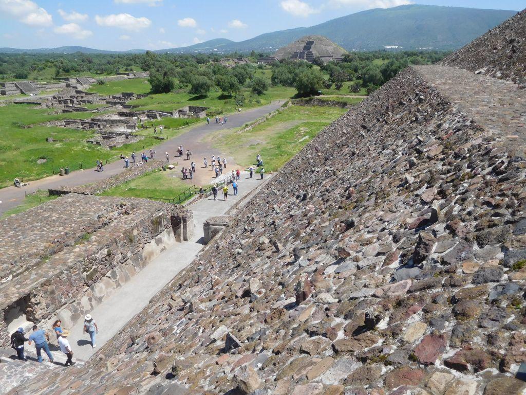 テオティワカンのピラミッド遺跡はほかのツアーがあるものの、新世界遺産の水道橋やプエブラの街に行けるのが決め手で参加しました。ピラミッドまでは10名近くの方と一緒で、ベテランガイドさんの興味深い解説のもと、充実した観光ができました。自由時間もたっぷりでピラミッドは快晴のなか2つとも登頂でき堪能いたしました。そのあとバイキングの食事のあと、なんと私だけが離団して、水道橋・プエブラに向かいました。3つのツアーの混載で私だけがプエブラに向かうということでした。私のためだけに高級車のタクシーがレストランに来ていて、この後はVIP扱いでした。片言の英語を話すドライバーさんとプエブラの街まではさらに2時間近くの長旅でしたが、風景が素晴らしくサボテンだらけの永遠に続く高原地帯を存分に楽しめました。途中、世界遺産になったパドレ・テンブレケ水道橋に20分ほど立ち寄りました。人っ子一人いないまさに私だけの水道橋でした。さらにメキシコの美しい山、シトラルテペトル山・ポポカテペトル山・イスタクシワトル火山もよく見えて感動でした。来てみたかったプリブラでは1時間30分ほど自由時間がありました。カテドラルやサントドミンゴ教会をメインにたっぷり街を楽しめました。ただし、とんでもない人の量にびっくりでしたが。帰りは夜8時くらいになりましたが十分に楽しめました。