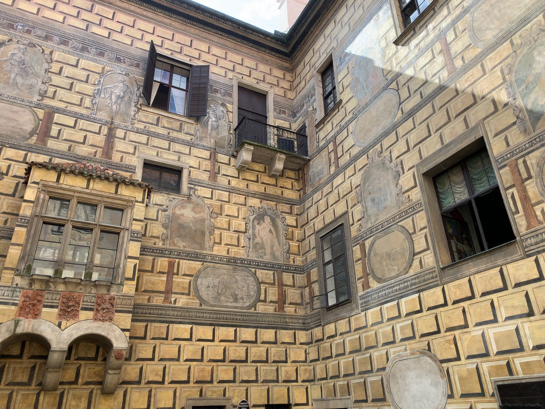 小さな街なので半日あれば一周することができます。クルムロフ城から見渡す街は素晴らしくヨーロッパを満喫。石造りのように見える城壁が実は絵だというのも興味深かったです。 プラハから車で約3時間。時間通りに迎えにきてくれて途中トイレ休憩にも寄ってくれます。 ひとり旅でも安心でした。