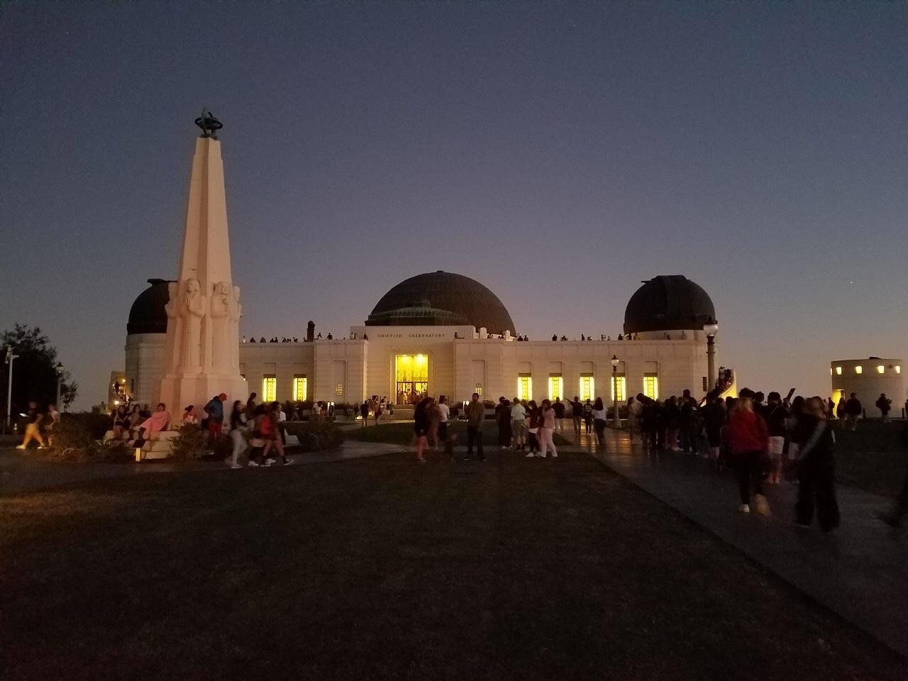 グリフィス天文台に行きたいけれど、ロサンゼルスの夜が怖かったため、このツアーに申し込みました。  スタッフの対応や時間など、悪いところは何も無く、ホテル送迎中の日本人ばかりの車内は安心して過ごすことができました。 ただ、正直自分でも普通に行けたかなとは思うので☆4です。  USHもグリフィス天文台もUberやLiftで来ている人は多かったです。 グリフィス天文台もスリなどは気にしていましたが、治安が悪い印象は無かったです。