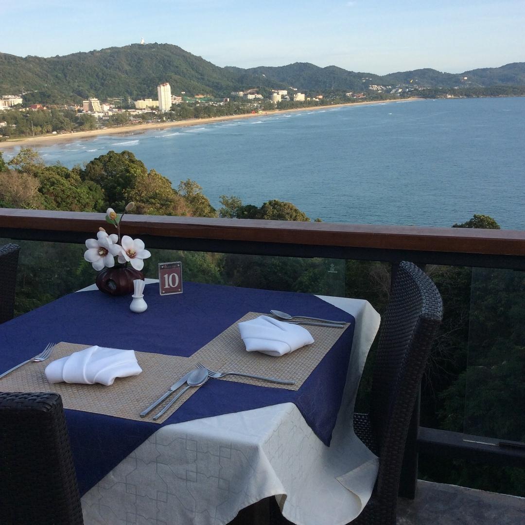 ディナーはオーシャンビューのとてもいい席でした。お料理も美味しくとても良かったです。サイモンキャバレーでのディナーかと思っていましたが、別のレストランでした。とてもいい感じのレストランでとても良かったです。