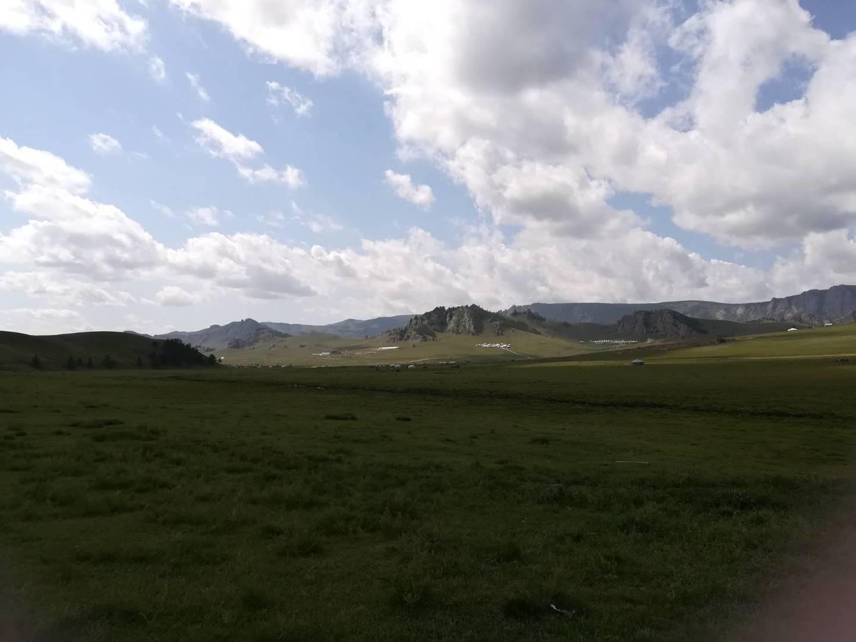 ガイドさんは日本語が話せてとても安心でした。草原はとても広く、都会の喧騒から離れてのんびりできました。ゲルの説明もしてくださって分かりやすかったです。