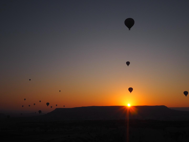 時間通りのピックアップ、待ち時間にチャイ&お菓子のサービス、ちゃんと夜が明ける前に気球に乗れ、気球からばっちり朝日が見れました! 終わったあとはジュースのサービスもあり、至れり尽くせり。 他社ツアーの口コミでは気球ツアーは中国人多目と見ましたが、 こちらでは欧米人のみで静かで快適なツアーで、こちらを選んで大正解でした。
