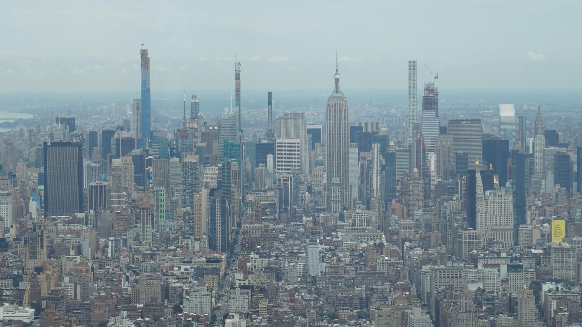 時間的な制約があり、効率的かつ日本語ガイド付きという事で半日ツアーを申し込みました。WTCチケット付きでしたのでお昼前の解散になりましたが、主なところはカバー出来たと思います。WTC後ブルックリン橋を歩く予定でしたが、雨が降っていたので断念しました。ダンボ地区のコースもあっても良いと思います。