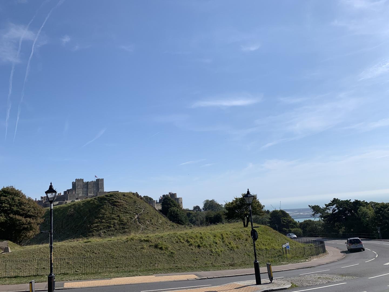 普段はロンドンからなかなか遠出が出来ませんが、今年は夏のイギリスを楽しみたく、海側に1日旅行に出かけられるツアーに申し込みました。 カンタベリー大聖堂は行ってみたい場所だったので、夢が叶いました。 ほか、リーズ城も素晴らしく、またドーバー海峡では短い夏を楽しむイギリスの皆さんに紛れて、夏の海を眺めて参りました。 今回の旅は歴史好きな私にはとても興味深い旅で、帰った後に色々調べてみたいことが多かったです。