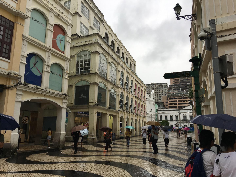 マカオの見どころをザッと効率よく回っていただけました。あいにくの雨振りで傘をさしながらだったので、じっくり見学はできませんでした。マカオタワーではバンジージャンプを下から見ることができました。 リアルセナド(市政署)の中には入らなかったので、アズレージョを見るためにツアーが終わってからわざわざタクシーで戻りました。昼食付きでとてもリーズナブルなツアーでしたが、少しコンパクトすぎた感じもします。