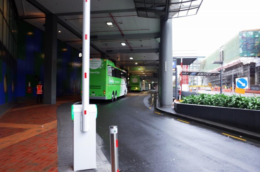 朝8時を前にスカイシティにあるバスターミナルに行き、受付を済ませてバスに乗車し、8時ちょうどに出発しました。  バスには日本人のツアー参加者以外にもいろいろな国籍の人が乗っていました。 今回日本語ガイド同伴に申し込んだのですが、現地についてから落ち合うのかと思いきや、バスターミナルで待っていて下さいました(ミノリさんという方)。 これはとても心強かったですね。  10:20頃、まずはホビット村に到着。 私は映画ロードオブザリングの第1章の途中までを観ての参加だったのですが、ホビット村は映画の冒頭に出てくるので、それなりに舞台探訪を楽しめました。映画の撮影秘話みたいなものも余すことなく日本語で聞けて、やはり日本語ガイド同伴で良かったなと思いました。  12:00頃、ホビット村を一回り見学したあとは、村内にあるレストラン・グリーンドラゴンで昼食。ウェルカムドリンクを受け取って、少しバーで待機した後に昼食会場のある建物へ移動。昼食はブッフェスタイルで、どれもとても美味しかったですね。  13:00頃、約1時間の昼食タイムを終えて再びバスに乗り込みワイトモ洞窟へ。  14:30頃、ワイトモ洞窟に到着。バスツアー参加者はワイトモ現地ガイドの方に付いて洞窟内を案内されながら見学していきます。なお、写真撮影は洞窟の入口時点でもうNGでした。 現地ガイドによる洞窟の成り立ちや歴史の案内がひとしきり終わったら、いよいよメインとなるグローワームの生息する場所へ。真っ暗な船着場から4~6人ごとにボートに乗ってグローワームのコロニーがある場所に入っていきます。  そこに広がっていた景色は…。 それについては、ぜひ現地で確かめて頂きたいところですね(^^  グローワームの見学後はトイレ休憩等を済ませて15:30過ぎにワイトモを出発。 オークランドに戻ってきたのは18:30頃のことでした。  ということで、個人的には日本語での詳しいガイドも聞けて、とても満足なツアーになりました。  注意点を挙げるとすれば、1つはワイトモ洞窟で乗るボートは床が若干濡れているのでその辺も考慮した服装で行って頂きたいこと。 そしてもう1つは、グローワームの生息域に入っていくときは「呼吸もなるべく抑えてください」と言われるくらい静かにしなければならず、かつ本当に真っ暗な中を進んでいくため、スマホの電源は切っておいた方が無難であると思います。私はスマホをマナーモードにもしていなかったので、シーンと静まり返った中でいつ音が鳴ってしまわないかと心配になり、景色を見るのに集中できませんでした(^^;  レビューは以上です。 改めて、ガイドのミノリさんには最大限の感謝を。