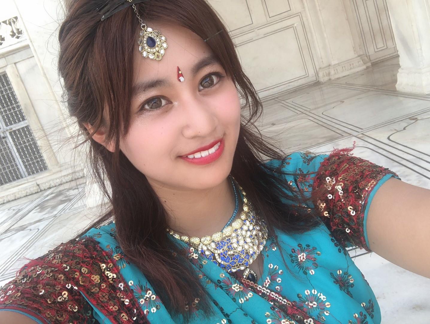 民族衣装を着るとインド人が「一緒に写真を撮って」とひっきりなしにやってきます。2000円で日本で予約して、1000ルピア現地で追加して王宮衣装に娘はしました。レンタル屋ではしきりに「買った方が得」と言われました。