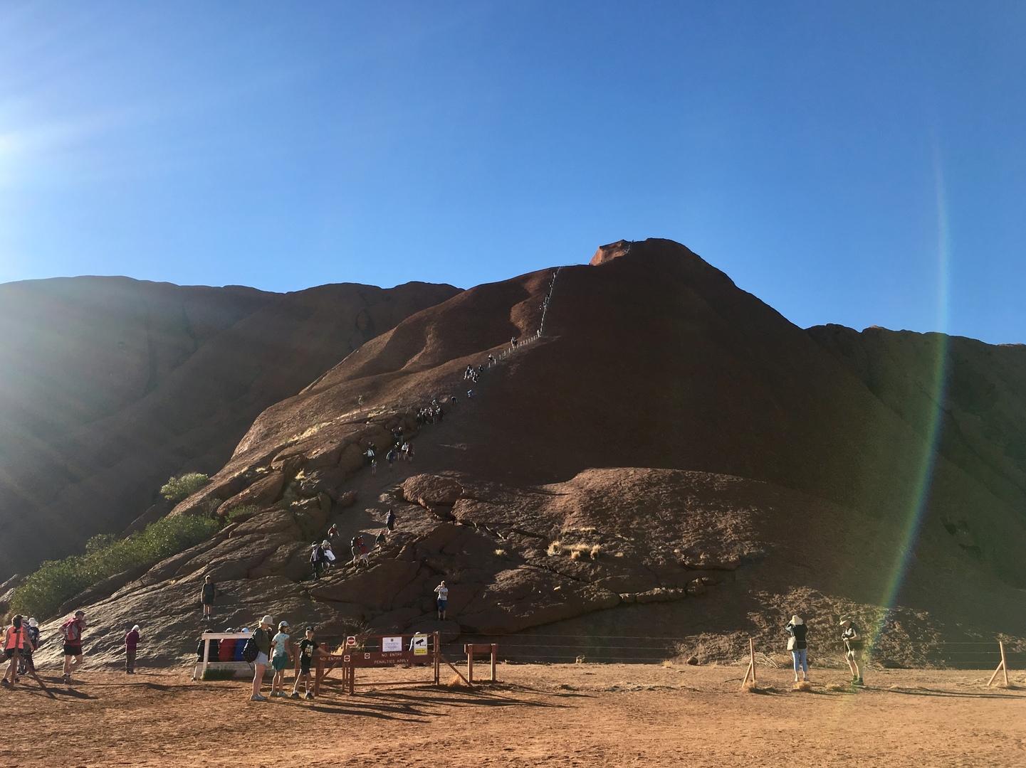 10月26日よりウルル登山が禁止になると聞き、9月2日~4日に主人と参加しました。英語は不慣れなため、危険を伴う可能性もあるウルルだけはこちらの日本語ツアーを利用しました。ウルルやカタジュタに向かうバスの中でもいろいろな説明を聞けて楽しく過ごせました。サンライズを見るため早朝集合もありましたが無理なスケジュールではなく、自由時間もあって体力面でもゆっくりできて良かったです。運よく登山道も開いていたため、少しだけウルルにも登らせてもらい良い経験ができました。