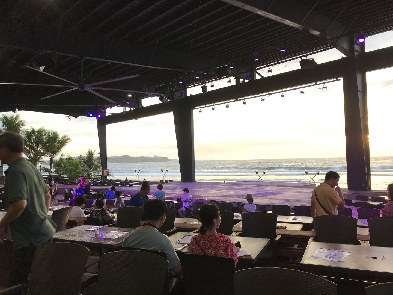 ザビーチバーに着いた途端、素晴らしい海と夕焼けの景色が目に飛び込んできて一気にハイテンション! 会場では弾き語りに聴き入りながらショーが始まるまでビュッフェを堪能します。お料理も大人は美味しく頂くことができました。 舞台では被り物してダンサーと写真撮影も出来ます。 ショーが始まる前にマイタイ$10頼んで飲みながら鑑賞。劇あり、フラダンスあり、ファイヤーダンスあり。お客さんを巻き込んだお笑いあり。 海辺なので風も心地よく暑さは気になりませんでした。 1歳9ヶ月の子供を連れて行きましたが、寝た時のことを考えベビーカー持参しましたが不要でした。移動のバスでも乗せおろしが大変なのとビーチだから砂が着きます。そして寝ませんでした。 また食事はほとんど子供には味付けや形状が合わず、パンとトウモロコシしか食べれませんでした。オレンジジュース$5も飲みました。 途中、飽きて愚図りましたが、そのタイミングでファイヤーダンスが始まったので何とか間が持ちました。 大人は期待以上のシチュエーションに大満足でまた参加したいです。