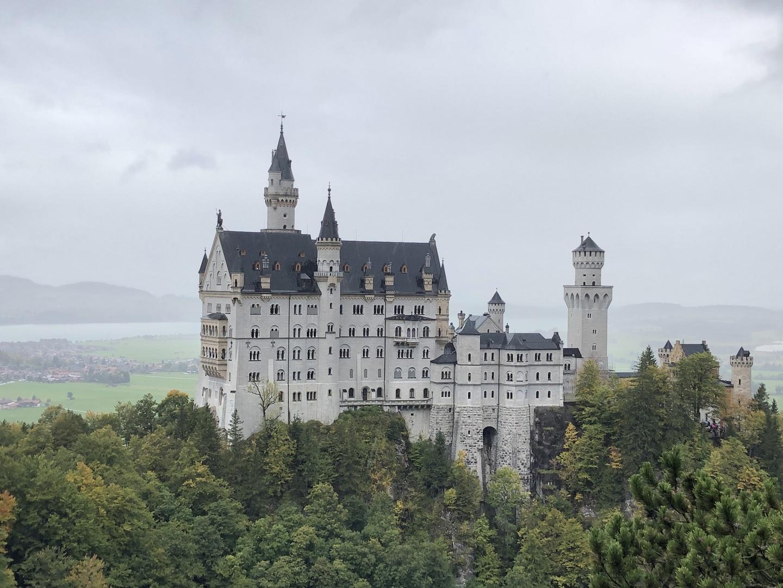 ドイツ個人旅行でオプショナルとして一日利用しました あいにくの天気でしたが 見る物観る所全てが素敵で感動しました 本当は三ヶ所巡るツアーに参加したかったのですが希望日には設定がなく 今回は二ヶ所で我慢…予定よりだいぶ早く終了・解散したので やっぱりもう一ヶ所行きたかったなぁ…もしくは見学・自由時間を長くして欲しかったなぁ…と残念な思いもありました