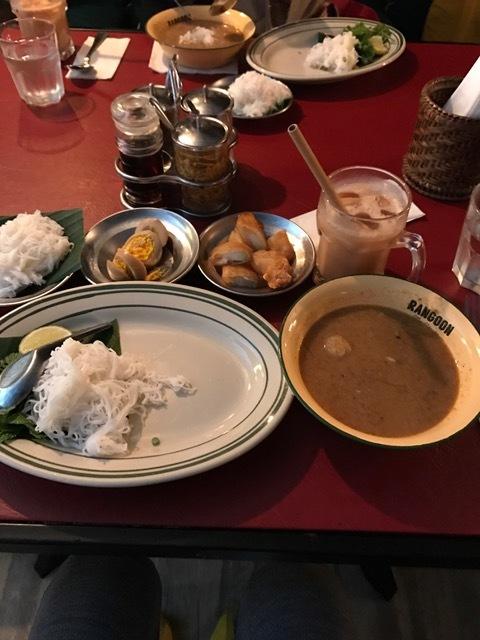 ヤンゴンの人々は皆良い人達ばかりなのですが、観光地では勝手にガイドとして付き添い回り、あとで金銭を要求するなどのケースが多々あります。そのような金銭トラブルに巻き込まれないためにも、現地ツアーに参加するのは良い選択だと思います。私たちはヤンゴン1日ツアーに参加しましたが、昼食付で主な見どころを効率的に回ることが出来ました。ヤンゴン環状線乗車体験では、駅も車輛も日本とは全く異なる雰囲気の中、ガイドさんと一緒なので安心して乗車できました。観光地では、ガイドさんと一緒だと不思議に怪しい人が近寄ってこないのも安心でした。そして、今回、何よりも現地ガイドのテイさんがとても素晴らしかったです。地元の大学で日本語を勉強されたようで、とても流ちょうな日本語で、会話が弾みますし、アウンサンマーケットでは買物交渉のお手伝いをしてくれたり、私たちの無理なお願いにも対応してくれました。本当に参加してよかったと思います。