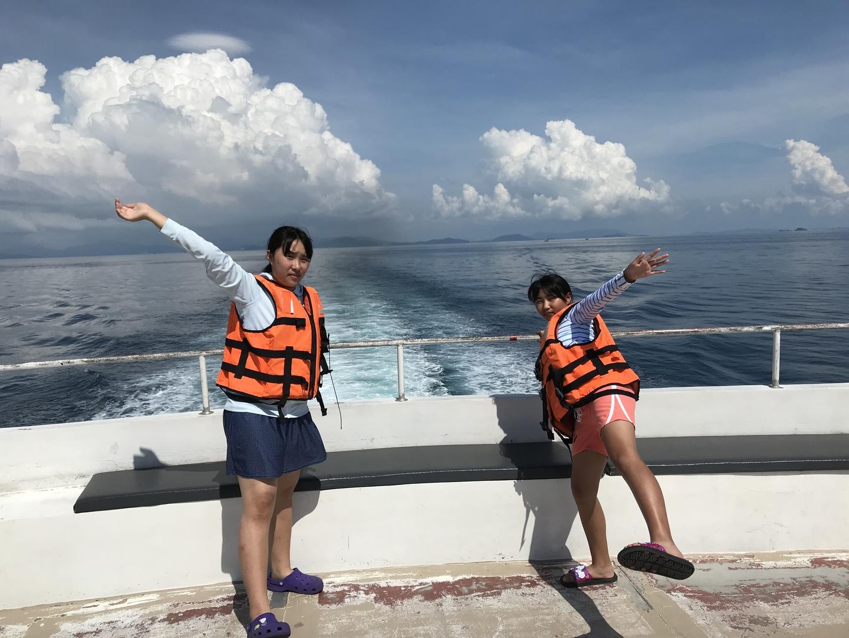 予想はしていたが、海がとてもキレイで感動!当日、オプションでちっさい舟でピピ島周辺を回れるとのこで申し込み。ウチの家族4人と日本人の2人の夫婦でちっさい舟に搭乗!大きな舟では入れないところに行け、舟から海にダイブもでき、とても良かったです!