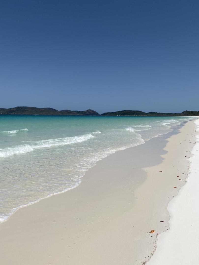 船酔いがひどいので、ポンツーンに片道2時間かけて行くのが辛いなーと思っていたらこちらを見つけました。こちらだと30分ほどで着くみたいです。(空の旅に夢中で時間をあまり気にしてませんでした) でももちろん酔い止めは飲んでいきました!  とっても綺麗な海、ホワイトヘブンビーチやヒルインレット、ハートリーフ、サンゴ礁を上から見るのは最高でした! ホワイトヘブンビーチで1時間過ごすのもあっという間で!粒子が細かい砂がめっちゃ飛んできましたけど(笑)砂遊びやらして楽しみました。ビニールシートとパラソルを貸していただけて、フルーツ、シャンパン、水、ラップサンドをいただきました。(お腹いっぱいだったので水だけいただきました)  ビーチのあとはサンゴ礁、ハートリーフの上空を経由してポンツーンへ!サンゴ礁めちゃ綺麗です! ポンツーンではシュノーケルか、船底が透明の船で周遊するか選べました。私達はシュノーケルにしましたが、ナポレオンフィッシュとカメを見ることができてテンション上がりました!笑  12時45分集合で、17時半前にはホテルにつきました。あっという間の4時間でした! 酔い止めのおかげか、酔うこともなくとても快適でした。  初めてのヘリコプターで、こんな小さい機体で若いイケメンパイロットで←大丈夫なのかと不安でしたが、そんなことも忘れるくらい快適で素晴らしい空の旅でした!でもパイロットが首をポキっと鳴らすために動く度に揺れます(笑)高いところが怖くない人、船に乗る時間がない人、乗り物に酔う人、海を上から見たい人にはおすすめです! 夫は今回の旅で一番楽しかったのはヘリコプターに乗ったことと言っています(笑) 楽しい時間をありがとうございました。