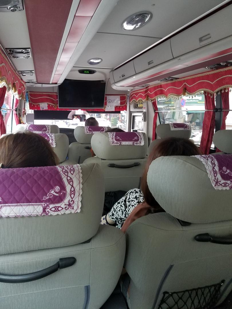 なによりバスが良かった。 小さいツアー会社だとマイクロバスで長距離の移動は疲れそう。 HISは、デラックスバスで3列シートでフットレストもついていて快適。 バスが大きいから揺れもすくないし安心感ありました。 現地ツアーより高いけど母と一緒の旅行だったので悩んだ末、このツアーを選んで正解だった。 ガイドさんは、現地人で日本語のイントネーション凄いけど聞いているうちに慣れてきます。 食事も美味しかった。
