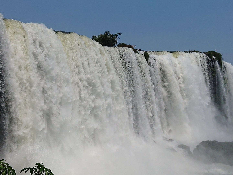 イグアス滝は流石の大迫力、ボートツアーはびしょ濡れになります。夏場は暑いので、雨合羽よりも水着推奨です。夏場の気温は30℃超え必至なので、熱中症対策は万全に。