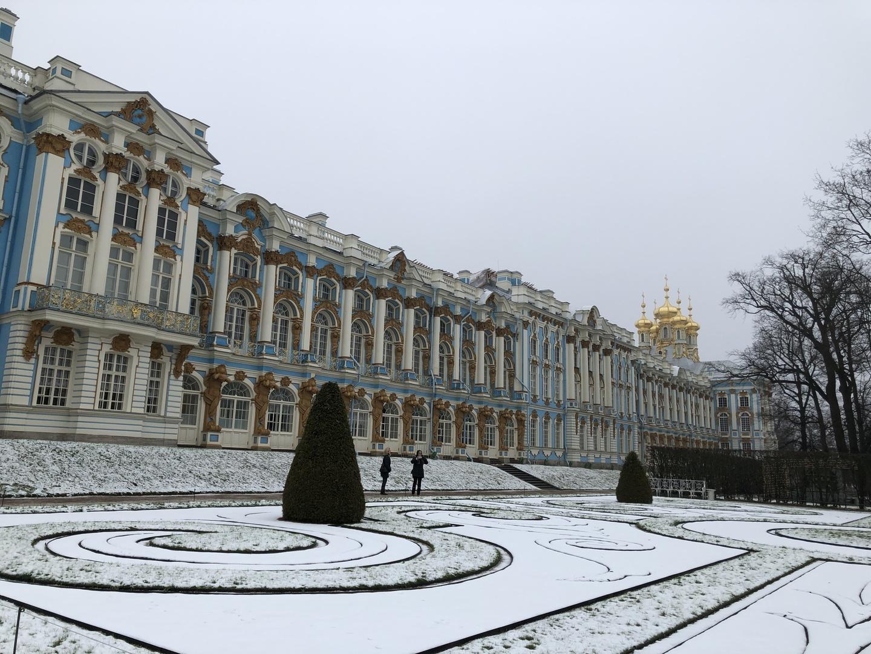 エカテリーナ宮殿もピョートル大帝夏の宮殿両方とも素晴らしかったです。行って良かったと思える内容でした。夏の宮殿は庭が素晴らしいので、花が咲く時期がメインですが、宮殿内部も素晴らしいので、冬でも楽しめます。 ガイドさんも、親切で日本語も上手く、素敵な方でした。短い時間をフルに生かすように、考えてくれ、説明も上手かったです。 宮殿の説明だけで無く、観光全般のアドバイス、サポートをしてもらえ、大変助かりました。
