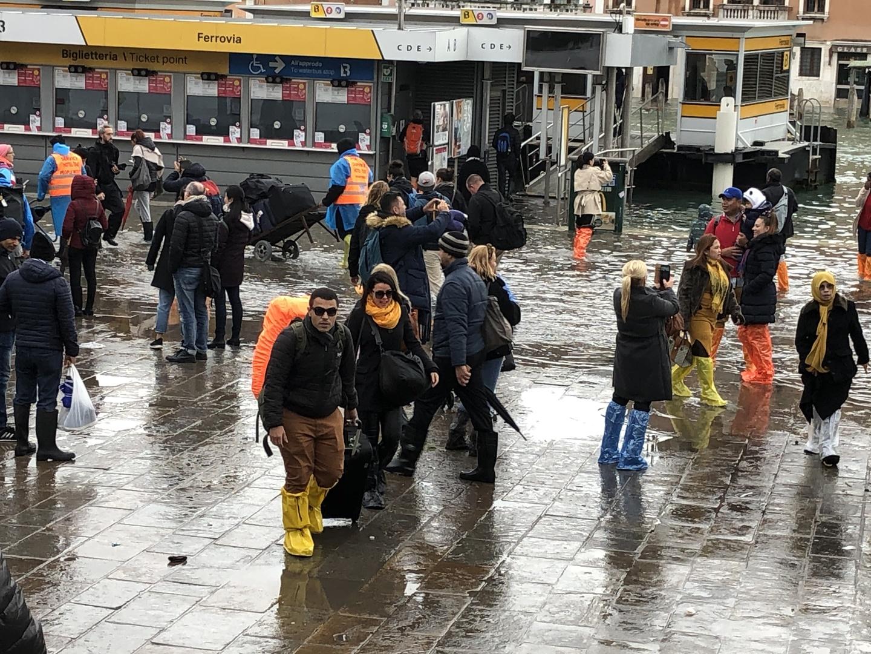 連日の大雨と高潮でベネチアが水没。しかし、私も含め現地には観光客が押し寄せていた。ツアー当日直前までツアー催行ということで、サンタルチア駅で待機したが、ヴォパレットも運行せず、ついにサンマルコ広場に辿り着けなかったため、残念ながらゴンドラ乗船は断念した。HISローマのスタッフの方の対応は誠意が感じられ、迅速ではあったが、今回の状況では、早めにツアー中止にすべきだったのでは?(ツアー主催は現地の会社だが)と思った。ベネチアの早い回復を祈るのみ。