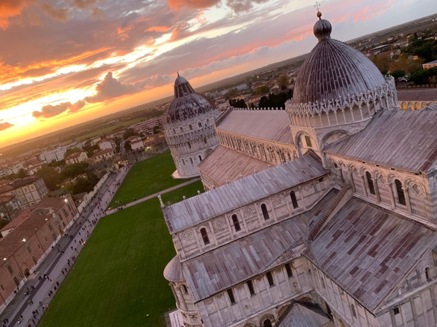 ローマ発フィレンツェ弾丸ツアーでした。朝早くから集まり、たくさん歩きました。ピサの斜塔から見た夕日は本当に綺麗で、忘れられない思い出になりました。