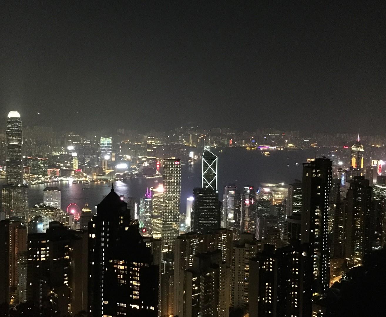今回で香港は6回目ですが初めてのツアー参加でした。 ビクトリアピークへ向かうトラムは45度の急坂を一直線に登り大興奮!山頂から臨む夜景は絶景でした。オープントップBUSは時期的に12月で少々寒かったですが良く考えられた市内コースを颯爽と走り抜け大変迫力が有りました。参加前はデモが気になりましたが、熟練のガイドさんが付いていますので不安は有りませんでした。最高のオプショナルツアーですので是非オススメしたいです。