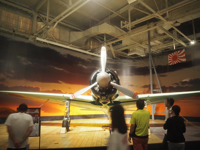 太平洋航空博物館(37/79番格納庫)に行きたくて、せっかくなのでアメリカから見た太平洋戦争の展示を拝見しようとこのツアーを選びました。このツアーを選んでよかったと思います。完璧な計画で一切無駄なく見学ができます。濃密な半日です。強いて言えば、アリゾナ記念館前に見る展示施設をゆっくり見たかったです。ここは入場無料らしいのでまた機会があればゆっくり見学できるのではと思います。  アリゾナ記念館、ボーフィンパーク(太平洋戦争の展示2棟、映画館含む)、戦艦ミズーリ、太平洋航空博物館を見学します。  早朝出発の理由は、開館前に並んで待たないとアリゾナ記念館の見学人数の制限にひっかかり、最悪は見学できないことになるようです。開館前に並んで2番目のボートでした。  日本人ガイドさんに案内され、入場した後にチケットを渡されます。アアリゾナ記念館へ行く前に見るフィルムの集合時間が記されています。このフィルムを見ないとアリゾナ記念館へ渡れません。また、フィルムを見てアリゾナ記念館へ行くボートへ乗らないことも選択できるようです。展示2棟、20分ほどのフィルム(音声、字幕とも英語)を見ます。ガイドさんからだいたいの時間配分を提案され、それに従って見学します。  アリゾナ記念館へは献花もできるようで、ツアー同行者の中にはお花持参でいらっしゃる方も。  アリゾナ記念館見学の後は戦艦ミズーリの見学、軍艦を見るのは初めてでその迫力に見て良かったと思いました。ここでは専門の日本人ガイドに代わります。  最後に今回の目的である太平洋航空博物館(37/79番格納庫)の見学用です。内容はいろいろレビューがあるのでそちらに譲りますが、復元機体だけでなく、エンジンなどのブロックも多数あり、順次整備復元を目指しているようです。  英語を瞬時に理解できる方なら無理なくまわれるツアーです。アリゾナ記念館周辺の施設では日本の音声ガイドを有料で借りられます。$7.5は高いなと思いましたが、記念品をもらえるようで、借りればよかったと後悔しました。  担当ガイドさんは行き帰りの車内でも歴史的背景、視点をお話しされました。印象が分かれるところで、私は腑に落ちたようなご説明もあり、良かったと感じましたが、同行の家族は考えが偏っているという印象だったようです。