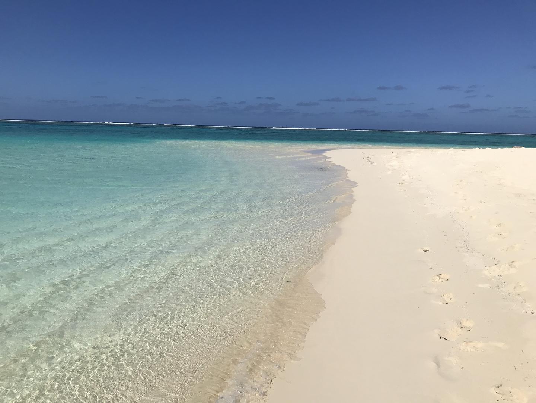 マニャガハ島へは初めて行きました。 綺麗な砂浜が続き海の色も綺麗で写真撮影ばかりしてました。島には人が少ない場所もありインスタなどの写真撮影には良い場所です。  数多くのツアーの中でHISさんで申し込みをしたのは島でのレンタルグッツが一部無料のためです。パラソル ベンチなど無料で借りて場所を確保し、シュノーケルセットとライフジャケットも無料で借りて海の魚を満喫しました。 レンタル費用は無料ですがデポジットが必要です。私の場合は60ドル払い返却時に返金してもらいましたので多少の現金は持って行った方が良いです。  着替えはトイレに簡単な着替えるブースがあり帰りは着替えましたが水着のままで良いと思います。  船が他のツアーと一緒になってますので島に着いてからインフォメーションでホテル名と名前を告げると説明してもらえる案内をもう少わかりやすくした方が良いと思います。  また来る機会があれば利用させてもらいます。
