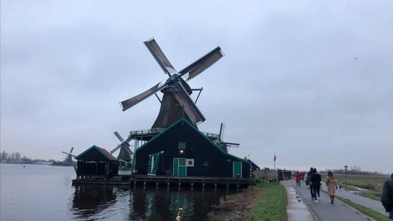 オランダ観光充実の半日ツアーだった。チーズ、ワッフルの実演と販売。