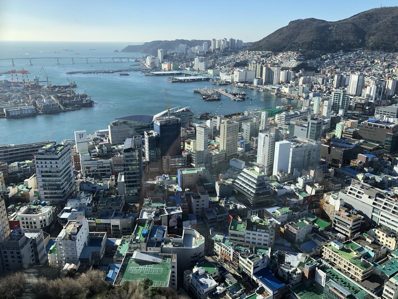 参加した日は釜山では珍しく風が強く、寒い日でしたが、お天気がよく、タワーからも甘川文化村の展望スポットからも釜山の街や海がとても綺麗に見えました。 このコースを短時間に個人で周りきるのは かなり難しいと思うので、値段的にもとてもお得なツアーだと思います! 市場での食べ歩きも出来ました。  今回の渡韓中、どうしても釜山に行きたく、 早朝ソウルからKTXに乗って釜山入りし参加しました。朝の集合場所も釜山駅の目の前だったので助かりました。  次はゆっくり釜山を回ってみたいです。