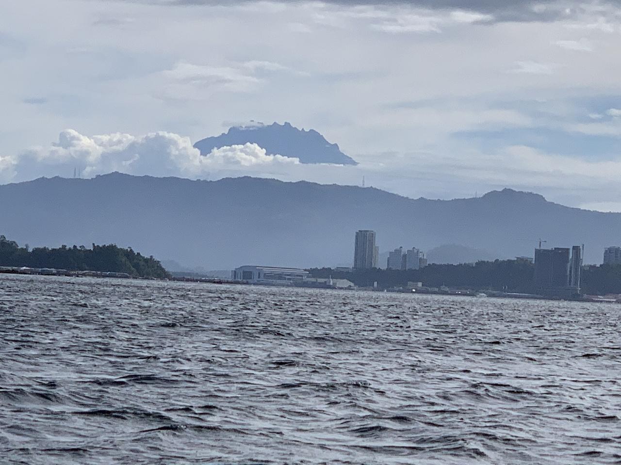 家内の希望で何十年振りかで海に入ることにしましたが,予想外に楽しめました.海の中の写真を上手に撮るツールや方法をもう少し研究して,また島に行ってみたいと話しています. この日は珍しくハーバーと島との移動中にキナバル山の頂上付近が見えました.