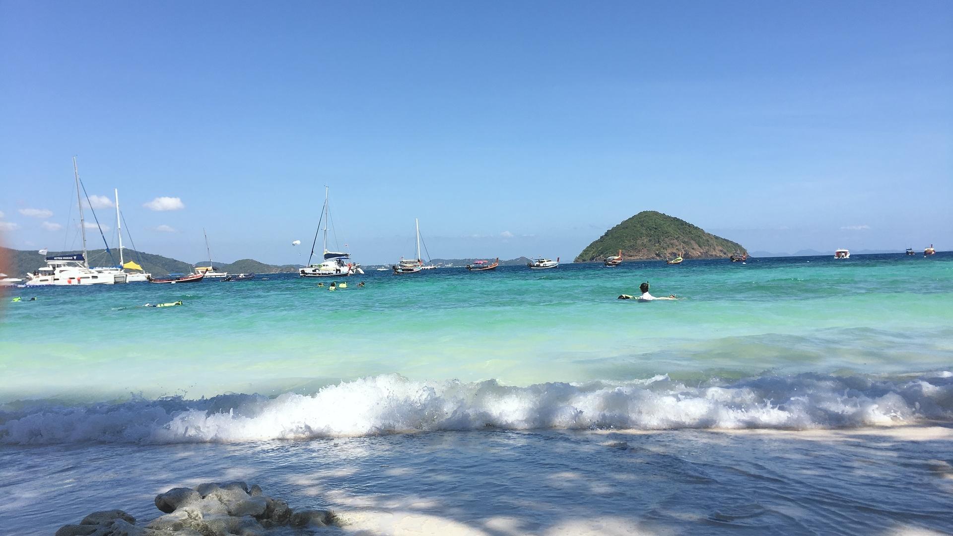 白砂の様に見えて、実はサンゴ礁の砕けた洗い砂利で、決して裸足ではいられません! その情報があれば、ウェットシューズを持って行ったのに!