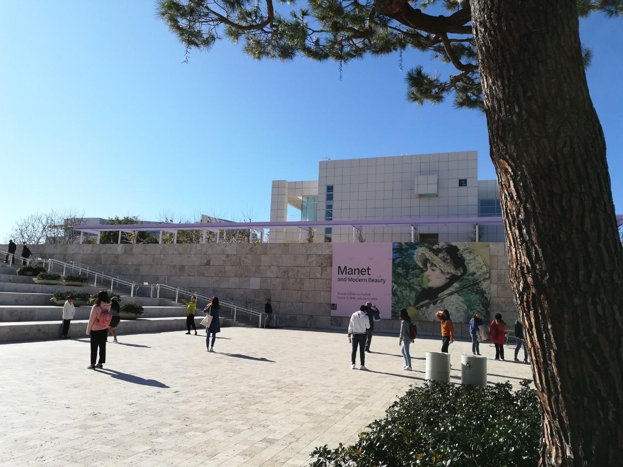 ゲッティ美術館では、のんびり過ごせて、高台からの景色も最高でした。12月末で、アメリカのほうも、休暇なのか、家族で過ごす現地の人々の地元感を味わえた感じで、のんびり、ほっこりできました。 ただ、休暇であることで、ゲッティ美術館も、駐車場の出入口が渋滞で、お迎えの時間が、予定より遅くなってしまったようです。 でも、ガイドの方のほうが、渋滞にハマり大変だっただろうなと思いました。私達はイライラしないほど、ゲッティ美術館では、地元の人々の、のんびり過ごす姿を目にしたからだと思います。 昼食は地下のカフェで食べましたが、美味しかったです。注文方法がよくわからなくて、簡単に頼めるものばかりにしてしまいました。 レストランは、小学生の子供二人がいると、完食しないかなと思い、カフェにしました。 個人的には、ロサンゼルスで、私は一番ほっこりできたのは、ゲッティでした。