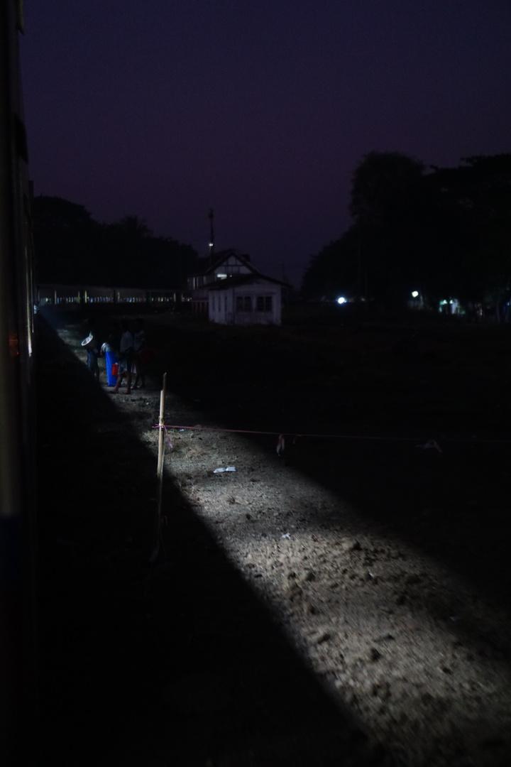 ミャンマーの鉄路と駅の写真を撮りたかったので、部屋を独り占めで来て、自由に窓を開けられて楽しかった。