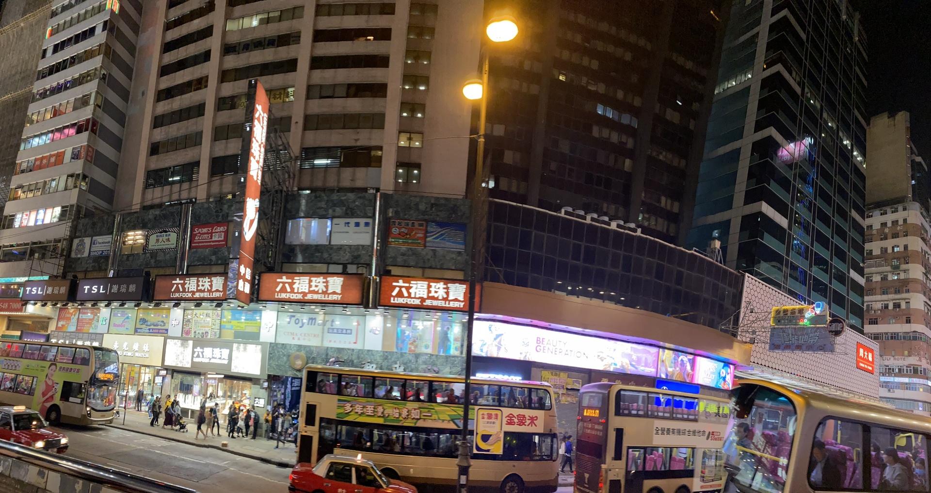 香港の夜景を観て、ガイドさんの説明付きで、バスを走りながら最高の気分のドライブを楽しみました。帰りも私たち一組でしたが、イヤな顔もせずホテルまで送って頂き、本当にありがとうございました。楽しい思い出ができました。