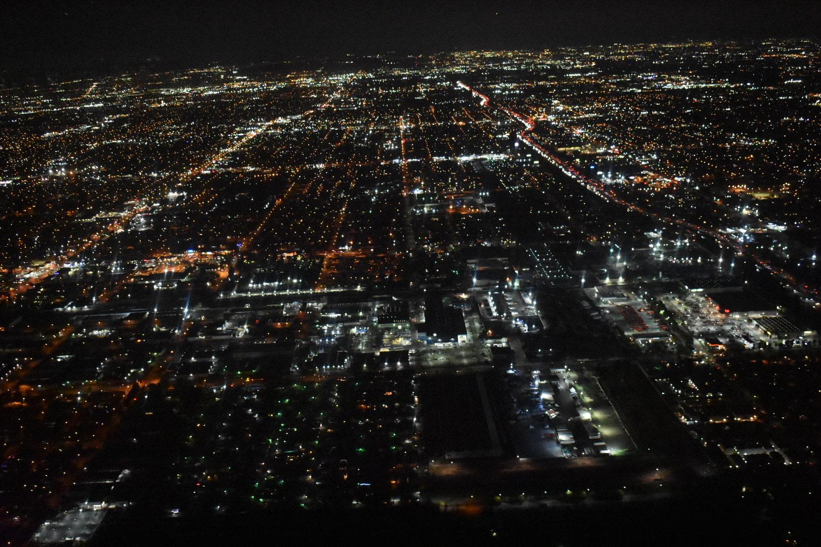 29年前に新婚旅行にて訪れた思い出のクイーンメリー号、またいつか夫婦で訪れたいと願っていた夢が叶いました。クイーンメリー号での素敵なディナーに加え、当日は参加1組だけでセスナ貸切で、空から広大なロサンゼルスの夜景を独り占めでより感動いたしました。 ガイドの山口さんは口コミとおりの愉快で楽しい説明は最高で素晴らしいガイドさんです。ただ夜景をみるだけでは味わえない120%の感動が味わえました。