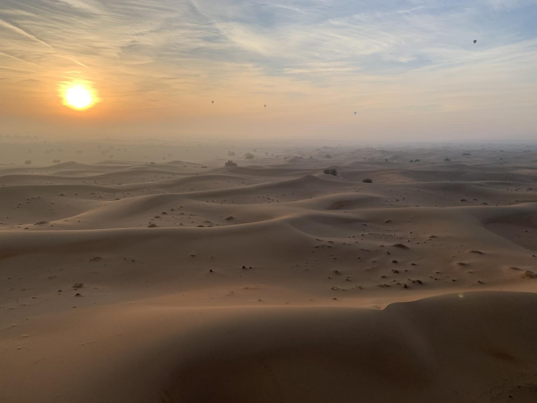 初めて熱気球に乗ったのですが、その迫力と素晴らしい景色に感動しました!  ただ砂漠の夜は冷える為、ダウンとか持っていくといいと思います。後、砂が凄いのでマスクをしていくと口や鼻に砂が入らないのでお勧めします。  熱気球からの初日の出は最高でした。映画の中のような景色が視界いっぱいに広がって贅沢な旅になりました。