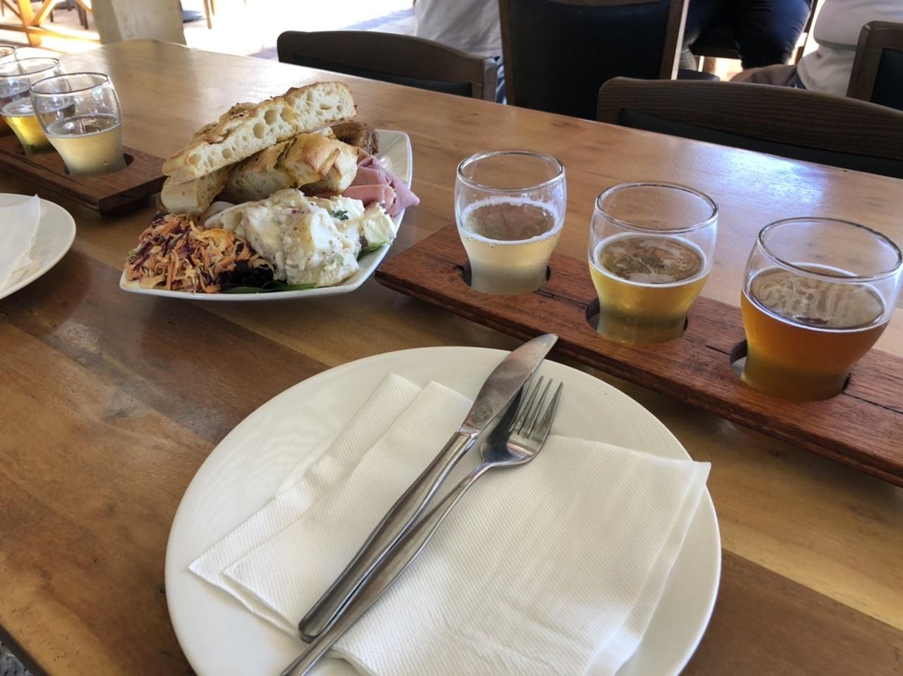 ランチにはビール4種、ワイナリーは数種類試飲できました。 バセルトン・ジェティで夏のインド洋を、ケープ・リーインで冷たい南極海が見れました。  送迎の場合はCrown Perthホテルでそれぞれのツアーバスに乗換えます。各観光場所は30分程度の停車、ランチとディナーは1時間程度です。時間がタイトなので途中休憩はなく、トイレはバスに付属しています。ディナーは車内で予約表が回覧されますが、支払いは現地(クレジット可)です。また、2日プランの乗客も合同で、マーガレット・リバーで乗客を乗せ換えてました。