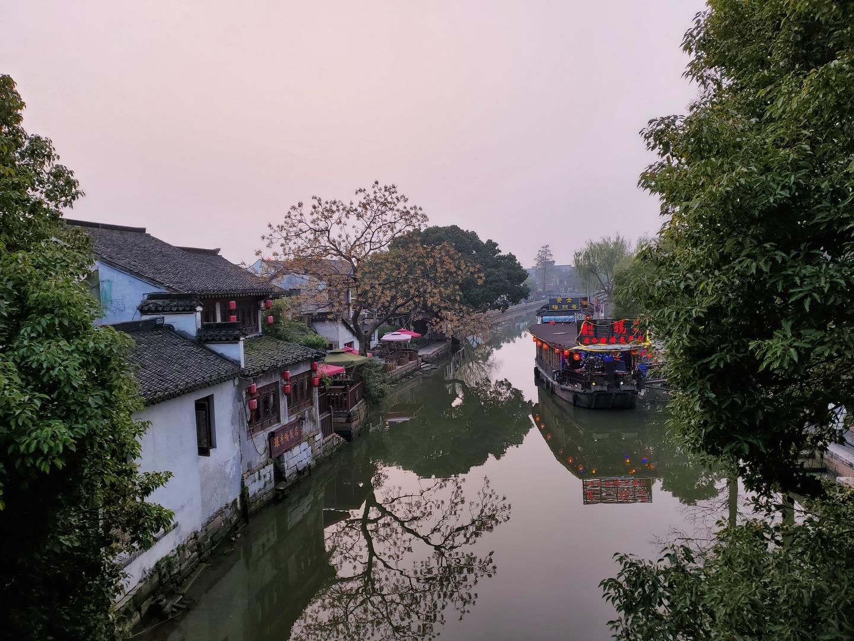 2泊3日の短い旅行日程の中でしたが、参加して大正解でした。 上海の都心とはまた全く違った、美しい街並みを堪能できます。明るいうちに到着するので、昼の景色と夜の景色と両方楽しめました。 ガイドさんは日本語堪能で可愛く楽しい方で、質問に的確に答えてくださり、旅が豊かになりました。 意外だったのは中国人観光客の多さ。街中に宿泊施設もあるそうで、泊まって楽しまれる方も多いそうです。 食事も美味しくいただきました。量が多かったですが、残して大丈夫ですよと優しく言ってくださいました。 お店がたくさんあって、散策も楽しかったです。