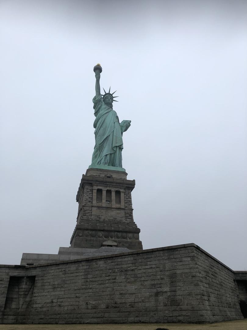 自由の女神へ向かうまでに、ニューヨークをドライブしながら、街の成り立ちや特徴を解説してくださり、勉強になりました。初めてニューヨークに来たのですが、ニューヨークの全体感を理解できました。あいにくの天候でしたが参加して良かったです。