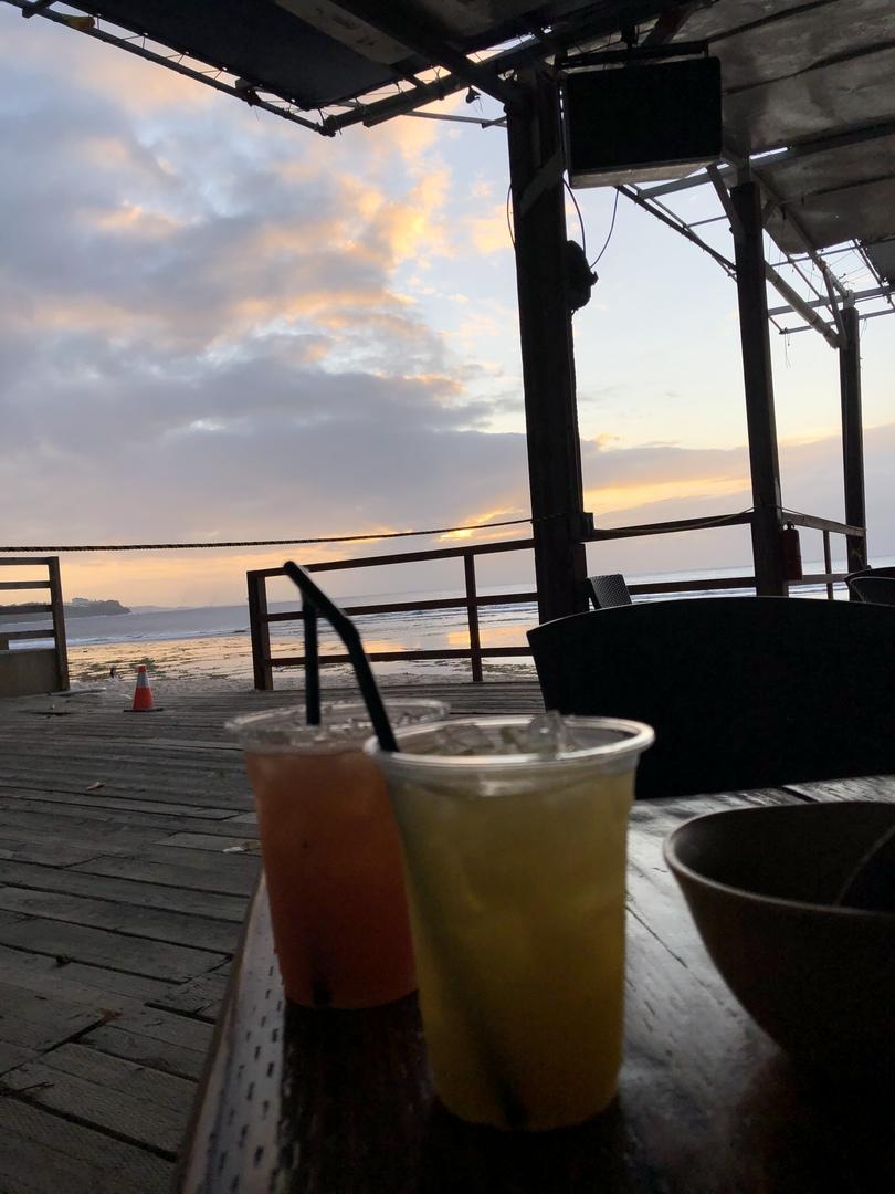 女2人で利用しました。 予約したので、いちばん海側の席を案内されると思ってましたが、海側から4列目くらいの席で少し残念でした。でも、海はちゃんと見れました! 現地では1品だけ頼みました。味は美味しかったです。 グアム滞在中に1回くらいはこういう食事をするのもいいと思いました。