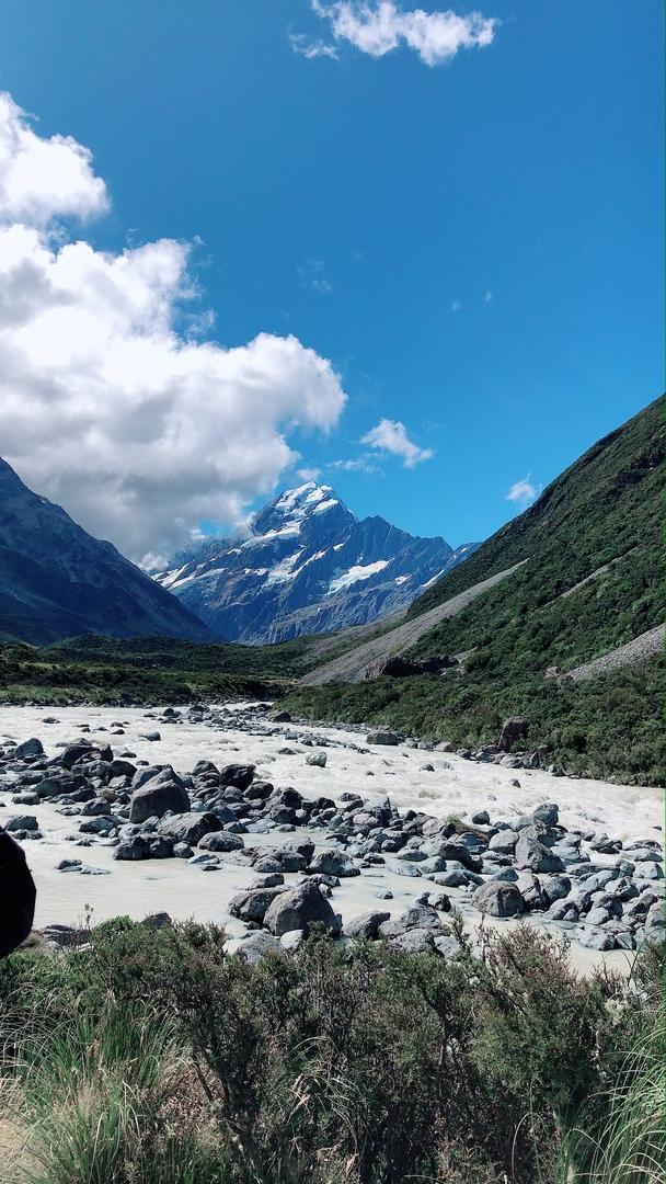 天気にも恵まれ、本当に美しいマウントクックを見ることができました。日本語ガイドの内容も充実していて、歩きながら植物や動物、NZの知識などたくさん学ぶことができました。普段山登り等しませんが、道はほぼ平坦で、歩く距離もちょうどよかったです。