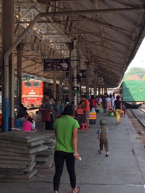 あまり情報がないミャンマーの1人旅ということで、初日にヤンゴンの案内をお願いささました。 ガイドさんの人柄がよく、会話も飽きさせずに案内していたたまきました。 列車に揺られて市場に行ったときのカルチャーショックは、ここでは書きませんのでご自身で体験なさってください!