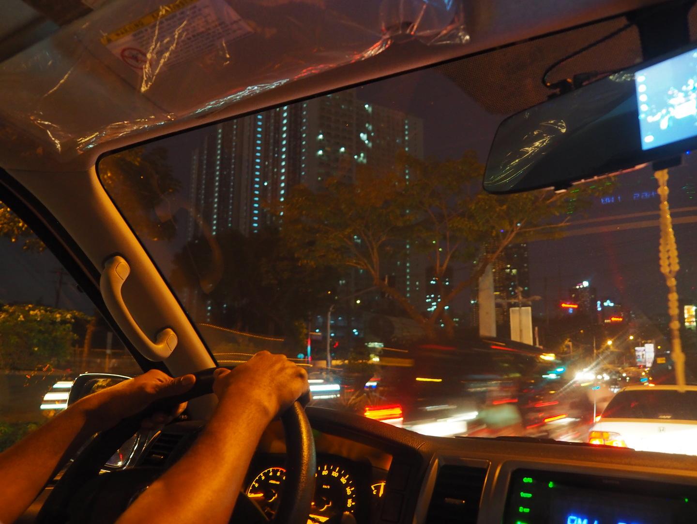 2泊3日のマニラ観光の中日に利用しました。9:00〜19:00の10時間です。マニラはタクシーが安い街ですが、メーター改造やボッタクリの噂が絶えません。最近はGrabタクシーが普及し、それを利用する人も多いですが、到着待ちなど周遊するにはいちいち面倒臭いのも事実です。 東南アジア観光ではしばしば運転手付きレンタカーをチャーターしてきたのでその便利さはよく知っています。交通費としては割高かもしれませんが、2人分のツアー代金と考えればリーズナブルです。治安の悪いマニラでは、スリやボッタクリの被害に遭うことがなく、暑い市内を歩く必要もありません。まさに体力の衰えたシニア向けです。 あらかじめ回りたい先をリストアップし、ドライバーに手渡せばもう安心です。 アサインされたドライバーはリトさん、セダンではなく広々とした7人乗りのバンでした。リトさんは運転技術が確かな上に親切。サンチャゴ要塞見物中に濡れるほどでもない通り雨がありましたが、傘を持って追いかけてくれました。 オールド・マニラ(マニラ市)、ニュー・マニラ(マカティ市)、フューチャー・マニラ(BGC、タギッグ市)などを網羅し、スラムから高級住宅地のマッキンリー・ヒル、IR地区など、マニラ首都圏を1日で効率的に隈なく観光することができました。 この回り方がマニラ観光の本命、決定版だと自信を持ってお勧めします。