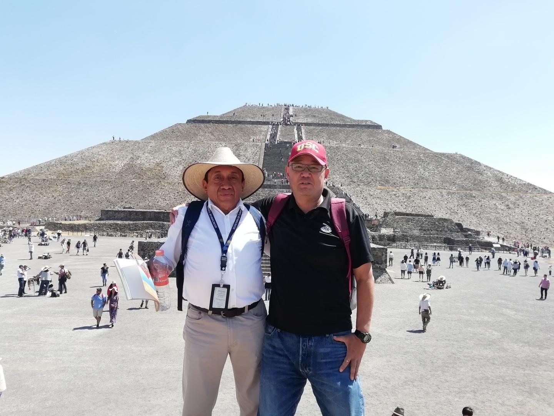 今回メキシコシティからの現地ツアーでテオティワカンのピラミッド観光をしてきました。ツアーでは他の同行者やガイドさんによって楽しめない事もありますが、今回はとても素晴らしい時間を過ごせました。特にガイドさんの対応が良く、心から楽しめました。 天気も良く、雲一つない青空の下でのピラミッドは忘れる事はないと思います。 当初現地2時間は短いと思いましたが、太陽と月のピラミッド両方に登る事もでき、遮蔽物のない炎天下では適正な時間であったと思います。 また機会があれば是非参加したいと思います。